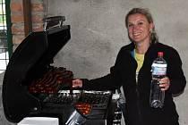 Blanka Kelnerová hraje za ženský fotbalový tým v Bavorech a pomáhá také s občerstvením při zápasech mužů.