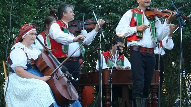 K dobré náladě návštěvníků slavností hanáckého Slovácka Kraj beze stínu přispěla nejen místní cimbálová muzika.