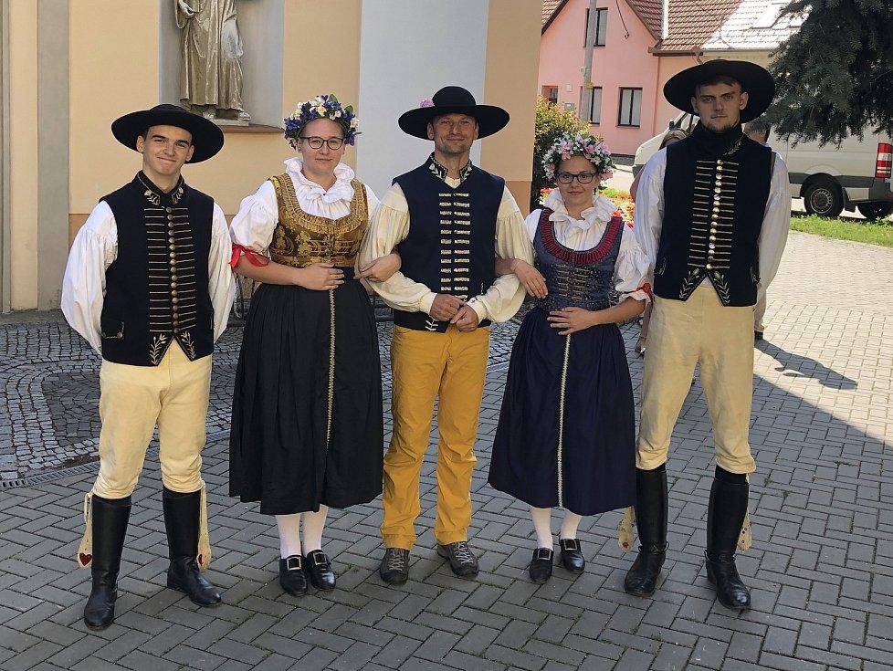 Turista v kroji Marek Šalanda publikuje po jednadvacet dní na svém facebooku Za humna s Markem Šalandou veselé příběhy, které nasbíral na svém putování Slováckem. Vyjít z nich má v létě i kniha.