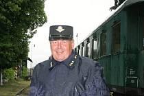 Historický vlak v čele s parní lokomotivou přijel do Lednice. S ním se na cestu v dobové uniformě průvodčího vydal i nadšenec historie Petr Králík z Brna.