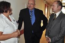 Hejtman Michal Hašek při úterní návštěvě břeclavské nemocnice, kde jej doprovázel starosta Oldřich Ryšavý.