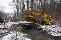 Břeclavské hasiče ve čtvrtek na dlouhých osm hodin zaměstnala dopravní nehoda jeřábu poblíž Tvrdonic.