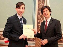 Student velkopavlovického gymnázia Denis Dagidir uspěl v soutěži Mladý velvyslanec. Certifikát mu předal ambasador Spojených států Andrew Schapiro.