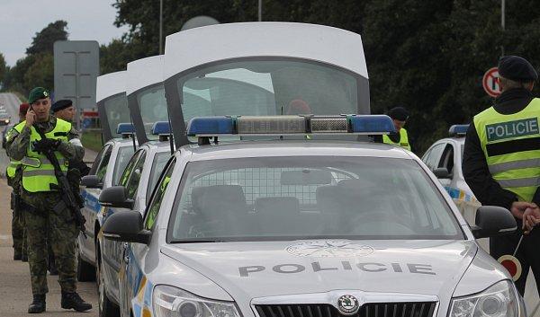 Policisté a vojáci při prověrce na znovuobnovení kontrol na hranicích sRakouskem ve středu kontrolovali auta ina hraničním přechodu Břeclav - Reintal.