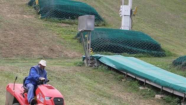 V Němčičkách v pondělí sekali na svahu trávu, na konci října budou pokládat umělou hmotu.