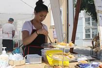 Na Festivalu národů Podyjí v Mikulově mohli návštěvníci ochutnat speciality z celkem osmnácti národních kuchyní. Od arménské po židovskou. Vystoupily také soubory národnostních menšin.