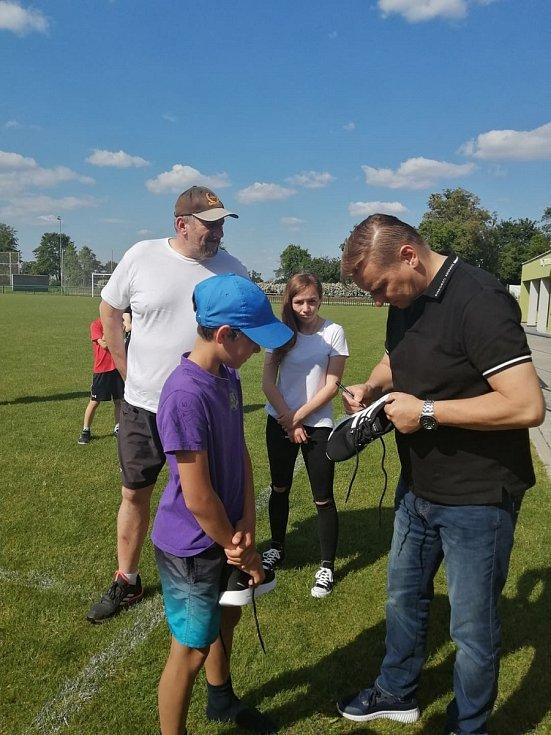 Slavnostního odpoledne ve Valticích a předání šeku z charitativní akce Hrajeme pro Aleše se zúčastnil také fotbalový internacionál Horst Siegl.