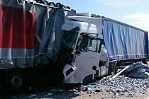 Série nehod kamionů v úterý omezovala provoz na dálnici D2 u Velkých Pavlovic ve směru na Brno. Na místě postupně havarovalo šest kamionů, dvě osoby utrpěly zranění.