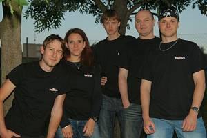 Jméno Na2fáze vzniklo před šesti lety v hospodě u piva. Od té doby se kapela, kterou tvoří pětice muzikantů, objevila na téměř dvou stovkách akcí. Hity českých i zahraničních interpretů zahráli na plesech i hodech.