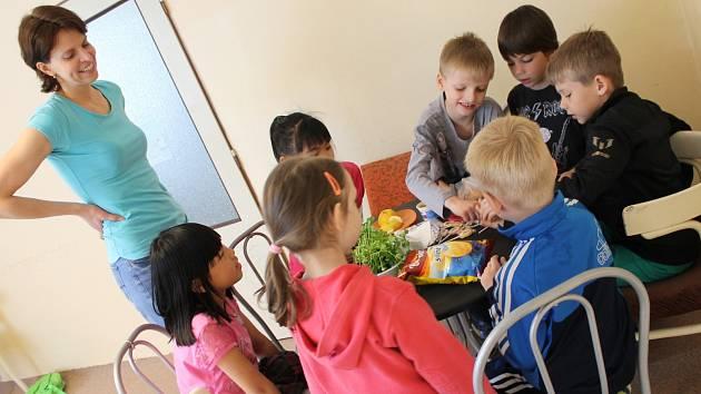 Lektorka Jitka Suchomelová s dětmi, které učí angličtinu.