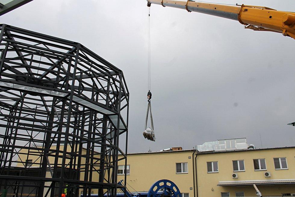 U břeclavského hlavního nádraží začali dělníci spojovat konstrukci nové cyklověže. Foto: Deník/David Kvapil