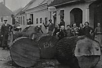 Na jedné z fotografií, kterými si Hustopečští připomínají minulost, je také bednářství pana Pokorného v Kovářské ulici z roku 1936. Dnes je tato ulice známá jako Šafaříkova.