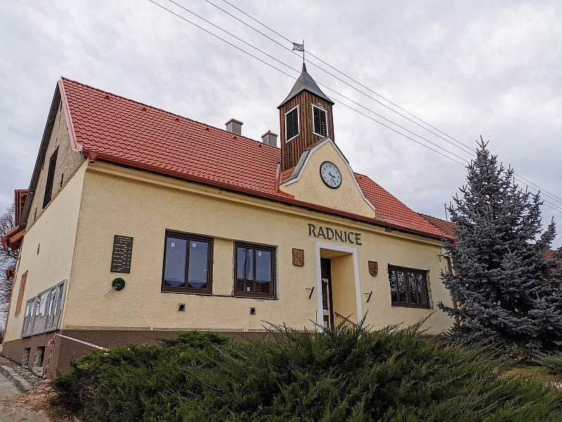 Radnice při výměně oken.