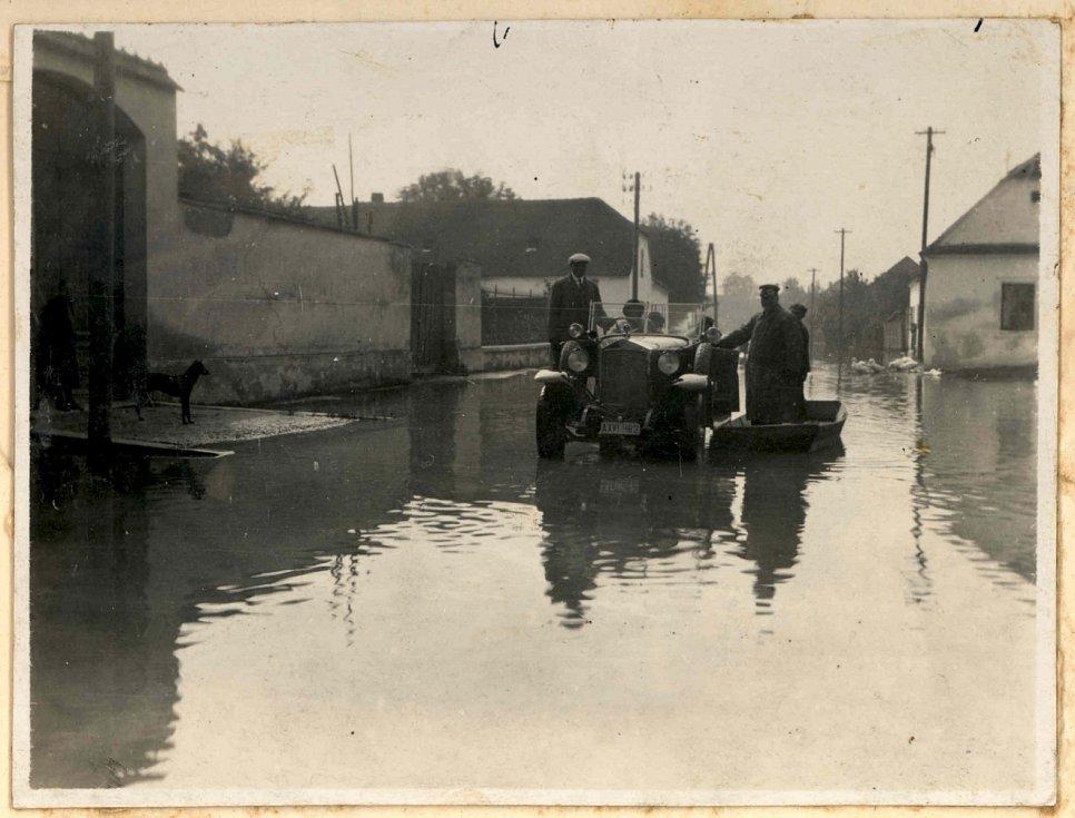 Obec Mušov musela zmizet kvůli vzniku novomlýnských nádrží. Na snímku jsou povodně v roce 1933.