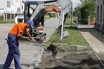 Celkem tři společnosti se střídají při pracích v okolí břeclavské ulice K. H. Máchy.