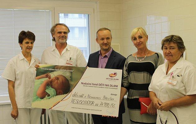Břeclavská nemocnice získala od nadačního fondu Děti na dlani nový resuscitační přístroj pro novorozence.