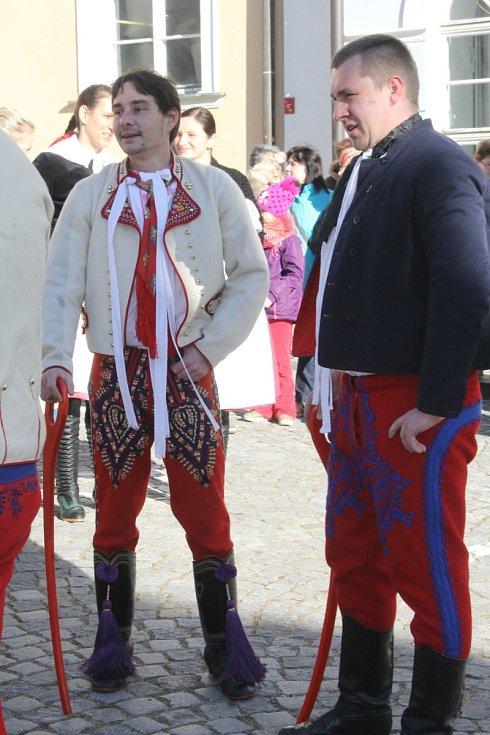 Různé masky se zúčastnily sobotní fašankové obchůzky v Mikulově. Masopustní veselí tam zpestřil tanec Pod šable.