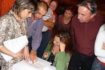 Někteří majitelé zahrádek v Tovární kolonii debatovali na zastupitelstvu nad mapami.