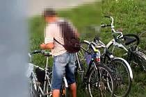 Cizí kolo zaparkované ve stojanu u terminálu integrované dopravy mezi vlakovým a autobusovým nádražím v Břeclavi, si vyhlédl chronický zloděj.