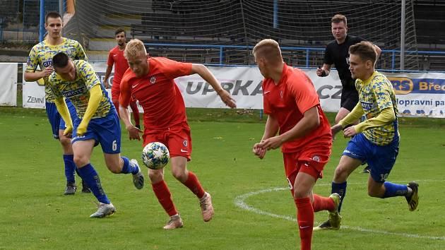 Fotbalisté Zbrojovky (v červených dresech) měli po celý zápas územní převahu.