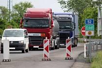 Koncem tohoto týdne má skončit omezení na I/52 u Bavor. Silničáři tam opravují silnici.