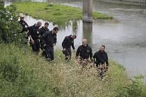 Policisté a potápěči pátrají na pobřeží i uvnitř řeky Dyje po předmětu, který souvisí s vraždou, která souvisí s vraždou dvou lidí v Šilingrově ulici v Břeclavi.