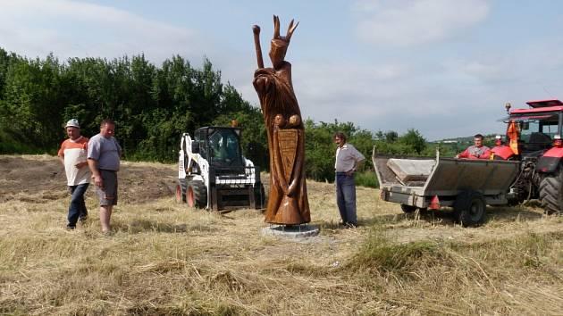 Pietní sochu vytvořil pro Bořetice velkobílovický dřevosochař Josef Indra.