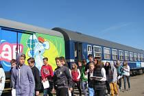 Školáci navštívili Preventivní vlak bezpečné železnice na břeclavském nádraží. Dozvěděli se, jak končí zbytečná rizika spojená s nerozvážným hazardem či nepozorností. Vyzkoušeli si i první pomoc.