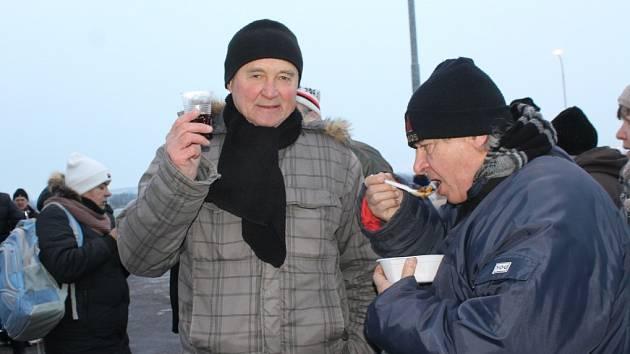 Po deseti letech se znovu sešli na hranicích Mikulované s Rakušany. Společně si poslechli dechovou hudbu Mikulovanku, ochutnali guláš, svařené víno a pro děti nachystali také dětský punč.