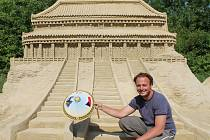 Pět set tun písku si nechal navézt umělec Michal Olšiak a jeho pomocníci pro vytváření sedmnácti soch v Lednici za My Hotelem.
