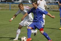 Fotbalisté Lednice (v modrém) uhráli v derby s Lanžhotem alespoň bod.