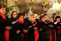 Smíšený pěvecký sbor Virtuosi di Mikulov při koncertu.