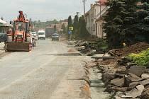 Silnice v Kobylí připomíná tankodrom.