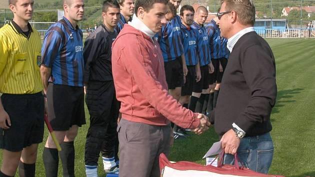 Sponzor týmu Palavanu Bavory, Jaroslav Pešák, předává Jakubovi Kadrnkovi dary jako omluvu za zranění v zápase proti Podivínu. Potlesk si vysloužil i Róbert Kafka.