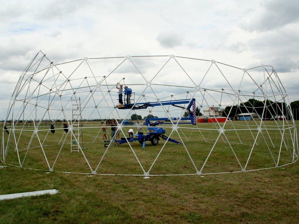 Další den příprav na festival Creamfields.