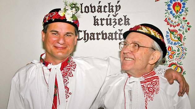 Folklorista Vladimír Hnátek (vpravo) patří dnes k slováckému krúžku Charvatčané.