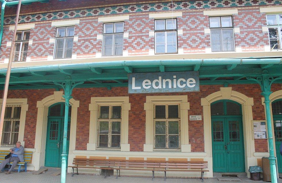 Vlakové nádraží v Lednici znají dobře i diváci populárního seriálu Četnické humoresky.