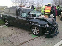 Nedaleko Velkých Pavlovic se před třetí hodinou odpoledne srazil kamion a osobní auto.