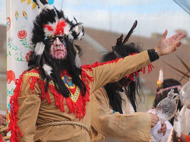 Burčákové slavnosti přilákaly tisíce lidí. V sobotním historickém průvodu kráčely různé cechy, ale i indiáni.