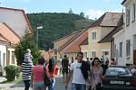 Od pátečního odpoledne baví návštěvníky vinobraní v Mikulově hvězdy československé hudební scény i regionální cimbálové muziky. Ulice města jsou plné lidí, burčáku a zábavy.
