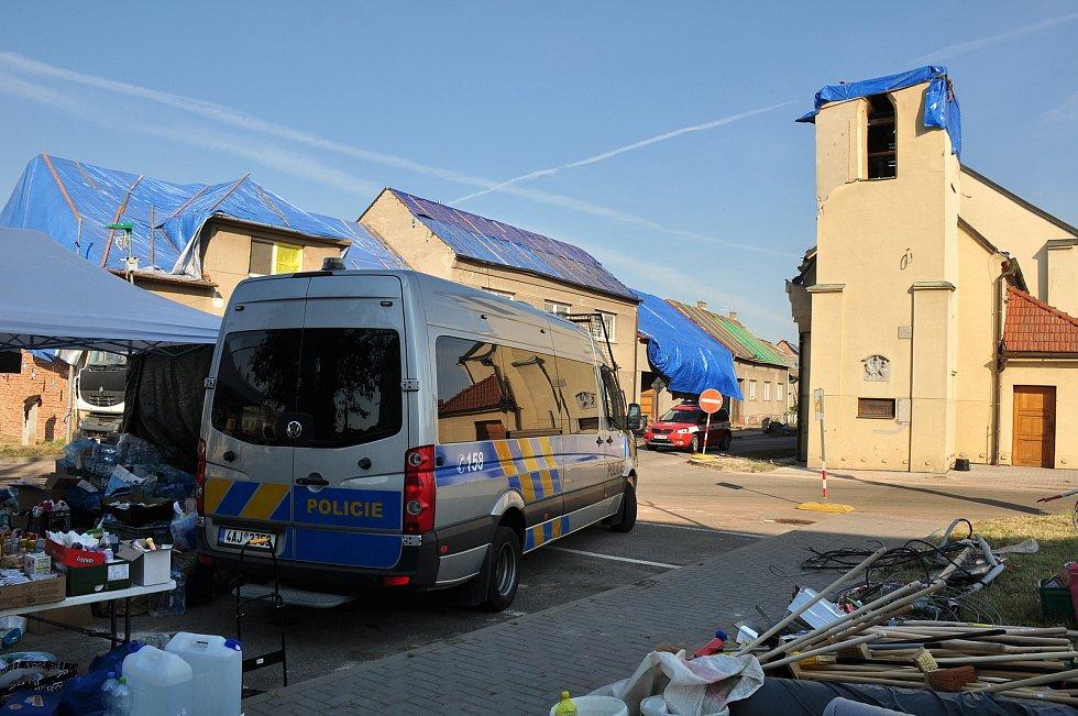 Do center obcí na Podluží, postižených tornádem, už mohou jezdit dobrovolníci autem.