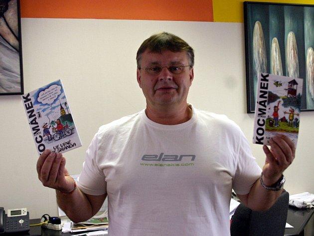 Kreslíř Milan Kocmánek z Lanžhota s prvními dvěma knihami trilogie z vydavatelství Carpe Diem. První s názvem Ve víně je sranda vyšla v roce 2007, druhá, Sranda z lesů, vod a strání, o dva roky později.Teď se dočká třetí, celkově už ale své desáté.