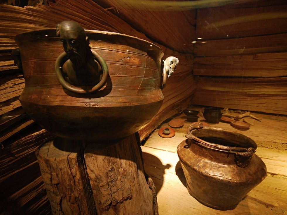 Příklady bronzových nádob nalezených v knížecí hrobce u Mušova.