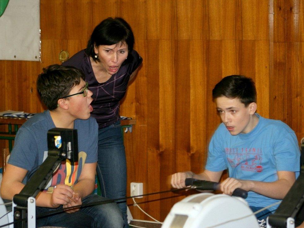 Žáci všech břeclavských základních škol a jejich kolegové z Valtic a Hrušek přijeli změřit síly do břeclavského Domu školství na veslařské přebory.