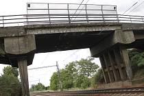 Most přes železnici u Ladné připravují dělníci a stroje na zbourání. Na jeho místě postaví nový.