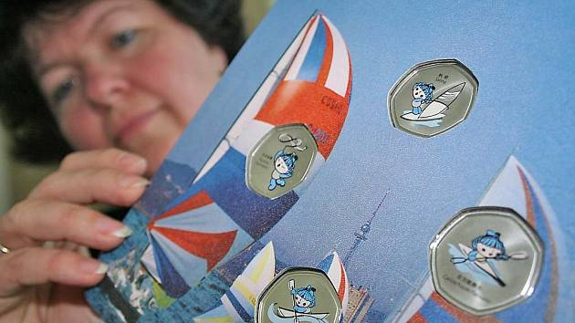 Jana Vlková představuje vzory medailí.