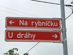 Lidé v Hruškách mohou mít ve psaní velkých a malých písmen v názvu ulic pěkný zmatek. Změna je v nedohlednu.