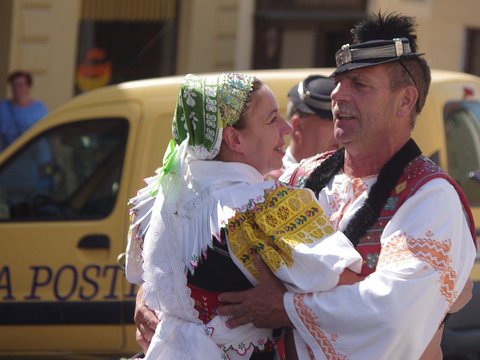 Návštěvníky v ulicích Mikulova bavila v sobotu dopoledne vystoupení folkorních souborů. Připravil je festival Sousedé.