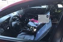 Mikulovská městská policie začala využívat speciální termotiskárny. Místo papírových blokových pokut nyní zdobí skla aut termonálepky.