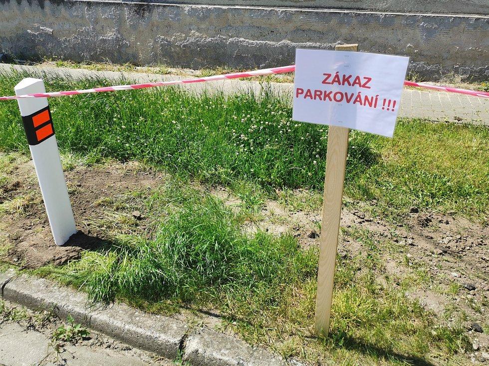 Ve Starovicích vyřešili problémy s parkováním zbudování parkovacích míst. Obyvatelé si za jedno parkovací místo zaplatí za rok pětistovku. Nebezpečné stání v křižovatce nově upravuje značka se zákazem zastavení.